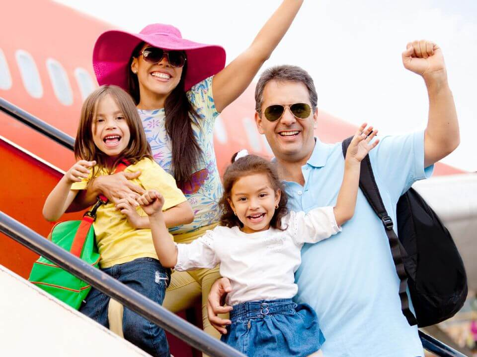 Семья на трапе самолета