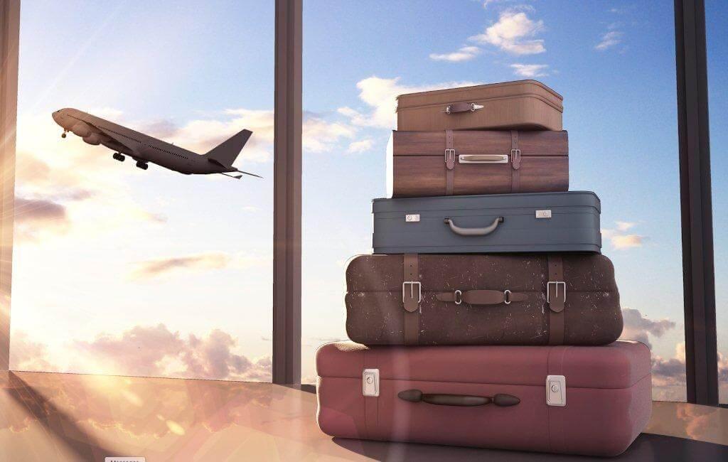 Багаж на фоне самолёта