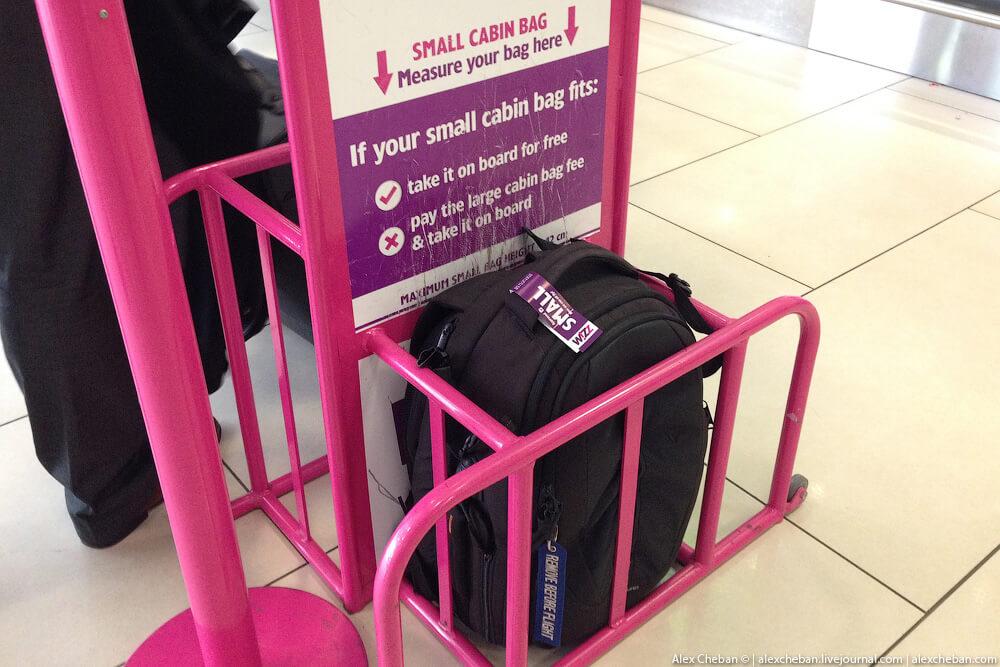 Измерение ручной клади в аэропорту