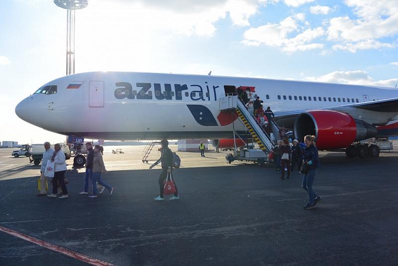 Посадка в самолет компании Азур Эйр