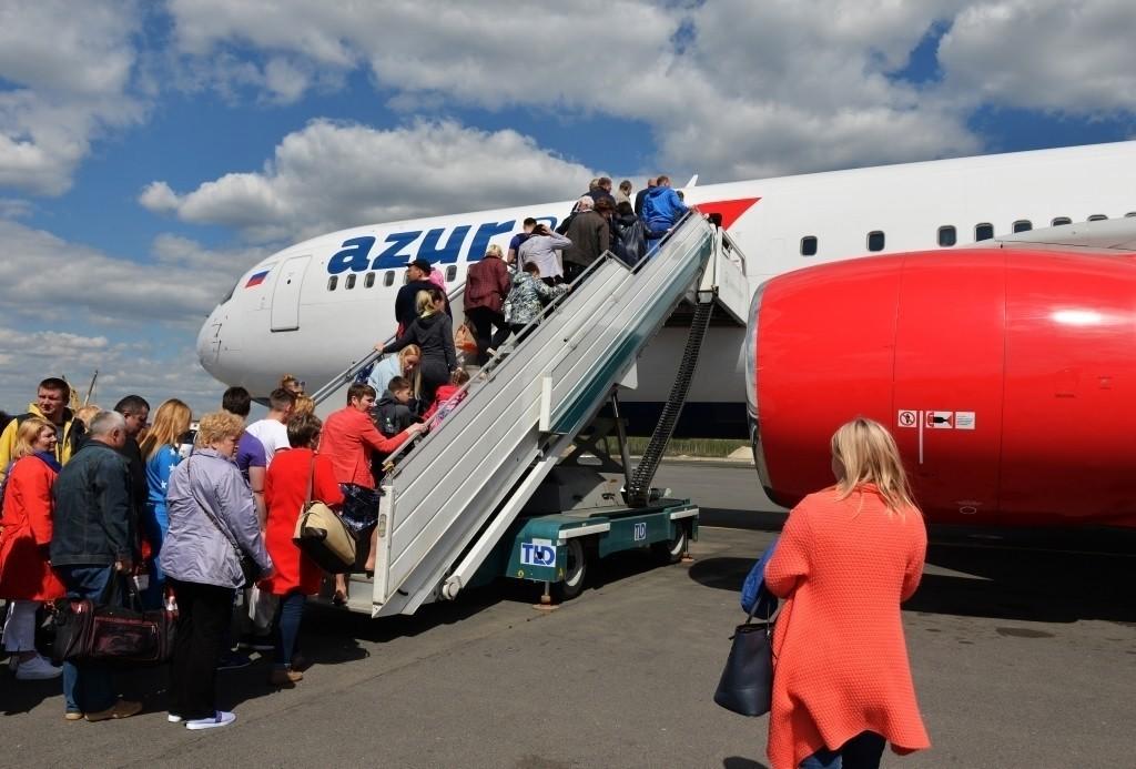 Пассажиры заходят в самолет Azur Air