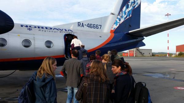 Посадка пассажиров с багажом в самолет авиакомпании Nordavia