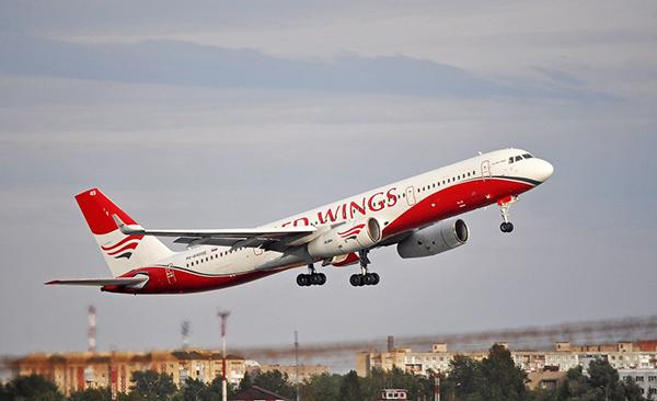 Самолет компании Red Wings взлетает