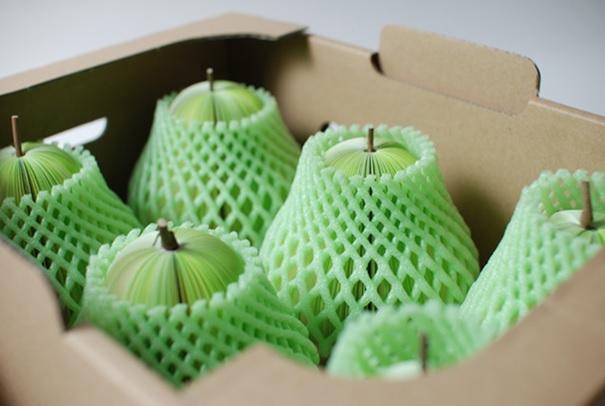 Упакованные фрукты в багаже самолета