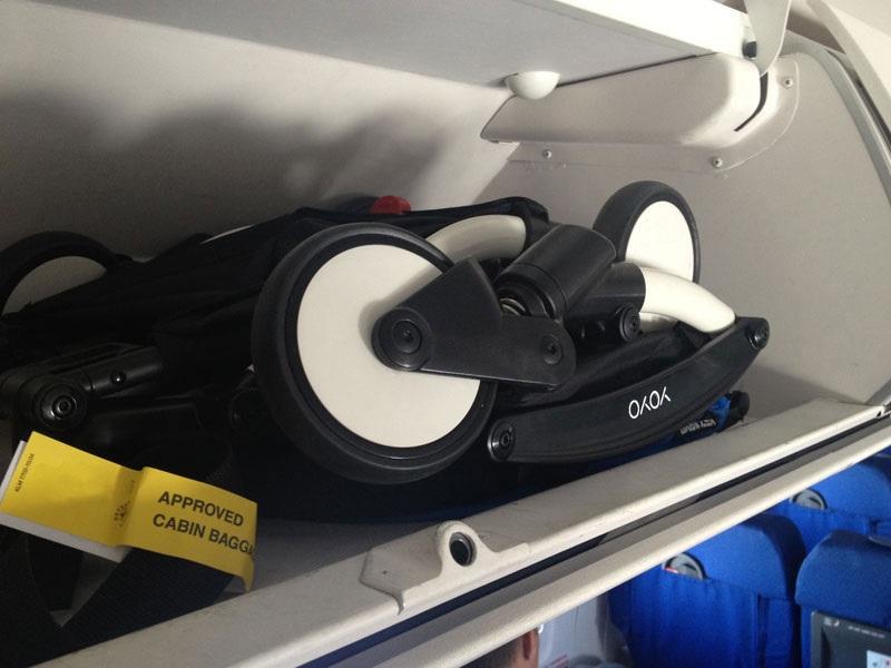 Деская коляска на полке самолета в ручной клади